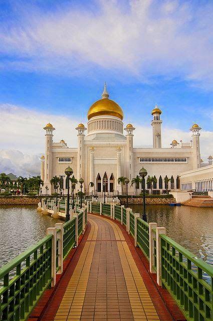 Sultan Omar Ali Saifuddien Mosque in Bandar Seri Begawan, Brunei