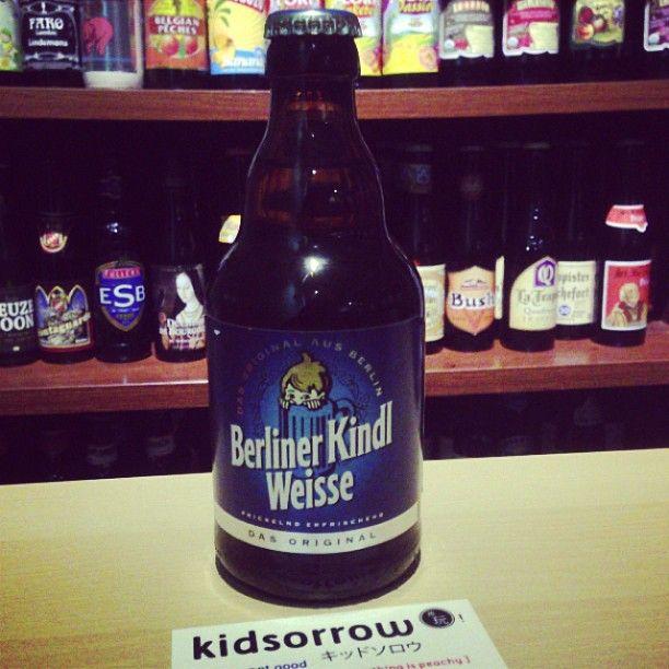 柏林酸啤酒 柏林酸啤酒源自16世紀,是德國柏林地區的農夫採用的小麥和大麥混合,使用多種啤酒酵母,並進行乳酸釀造出的一種特有白啤酒。清香爽口、帶有微酸味,成德國柏林最受歡迎的健康飲品。19世紀初,拿破崙時代,嘗過柏林酸啤的法國士兵,稱他為「北方的香檳」。 #beer #craftbeer #kidsorrow