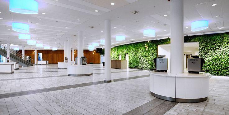 Den flotte kongresfoyer på Comwell Conference Center Copenhagen med plantevæg indeholdende 2550 planter og masser af dagslys