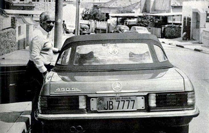 Vicente Matheus junto a sua Mercedes conversível com placas alusivas ao título paulista de 77, um dos vários anos em que ele comandou o clube. Espanhol da cidade de Zamora, seu primeiro mandato como presidente foi em 1959. No vidro traseiro, o distintivo do Corinthians. Foto: Portal Terceiro Tempo