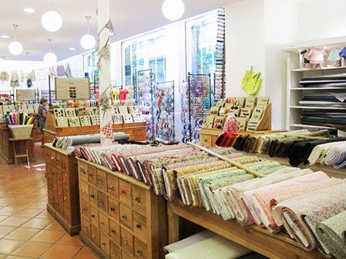 La Boutique - La Mercerie Parisienne (entrée des fournisseurs) plus cher mais très beau! tissus, mercerie, dentelle...
