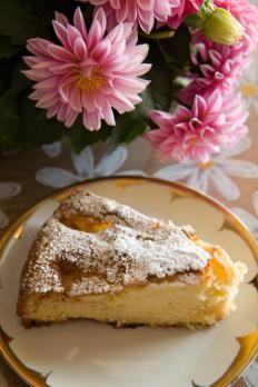 Con la nostra ricetta vi dimostreremo come le pere, arricchite dalla cannella dolce e speziata, rendano prelibata una semplice e soffice torta.