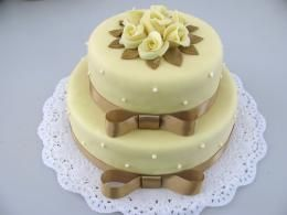 patrový dort se stuhou http://www.cukrovi-kuncovi.cz/cukrarska-vyroba/svatebni-dorty