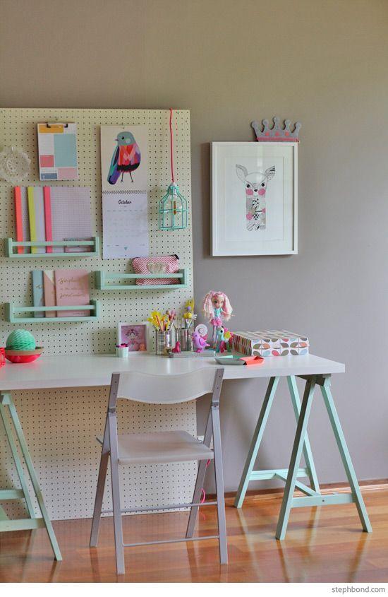 Área de estudo para adolescentes. Candy neon colors trazendo espontaneidade e desenhos pontuando personalidade e preferencias do proprietario. Sigam no Instagram @decoraholic