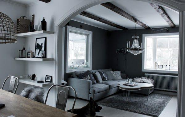 soffa mio, westham soffa från mio, fotpall, kristallkrona, inredning vardagsrum, öppen planlösning, hyllor, grått och vitt, vitt och svart, neonljus, bokstäver, neon, burspråk, inredningsdetaljer, prints, vita hyllor från ikea, korglampa, tavlor,