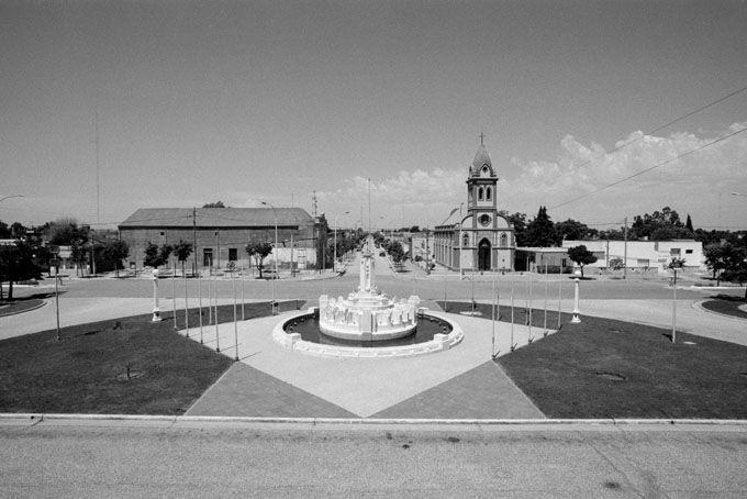 Stefano Nicolini - La piazza con fontana di Guaminì di Francisco Salamone