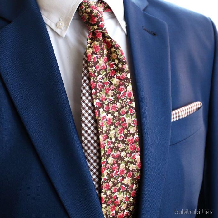 Twin kravata hnědá s růžovými kytičkami
