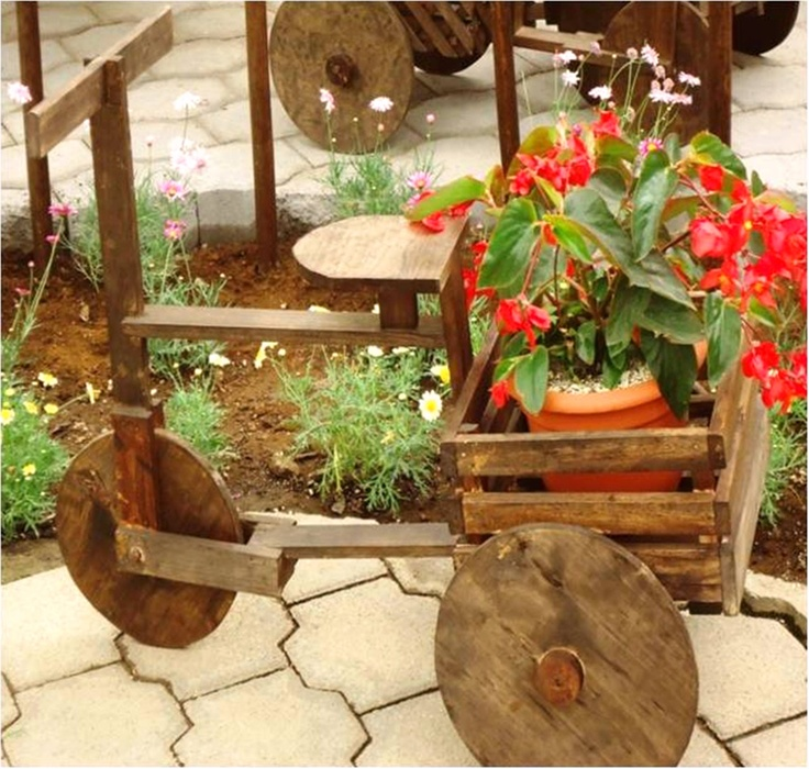 Bicicleta de madera para adornar el jard n porta for Carretas de madera para jardin