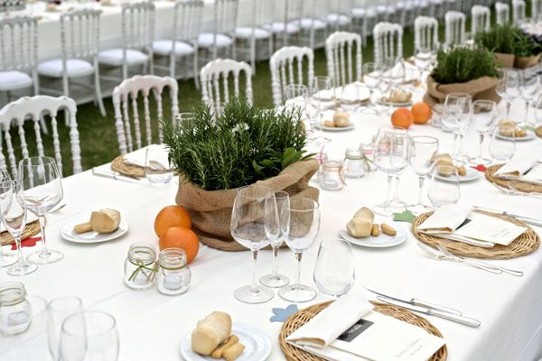 rustic centerpiece with herbs http://weddingwonderland.it/2016/06/matrimonio-country-arcobaleno.html