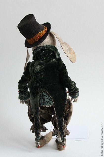 Купить или заказать Кролик из Страны чудес текстильный каркасный в интернет-магазине на Ярмарке Мастеров. Кукла каркасная. Любое положение принимают голова, руки, ноги, пальцы и т.д..100% ручная работа( включая одежку). Кролик одет в штанишки и сюртучек из панбархата, жилет бархатный, рубашечка шелковая, ботинки кожаные. Глазки авторские расписные. Брошь винтажная. Кружева старинные. В международной выставке 'Искусство куклы' завоевал номинацию…