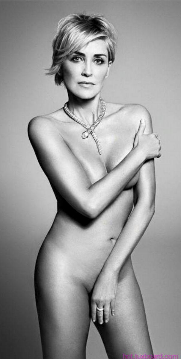 Sharon Stone entièrement nue pour Harpers Bazaar