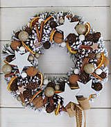 Dekorácie - Vianočný veniec .... oriešky, škorica, pomaranč ... - 7563558_