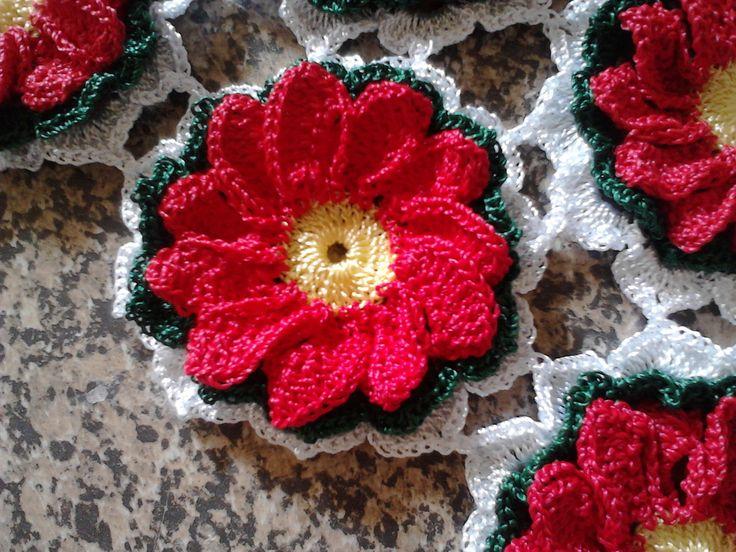 Caminho de mesa com 16 flores vermelhas. Você pode escolher a flor em outras cores. Ideal para compor um ambiente super moderno