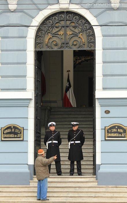 A Helping Hand - Edificio de la Comandancia Naval, Valparaíso