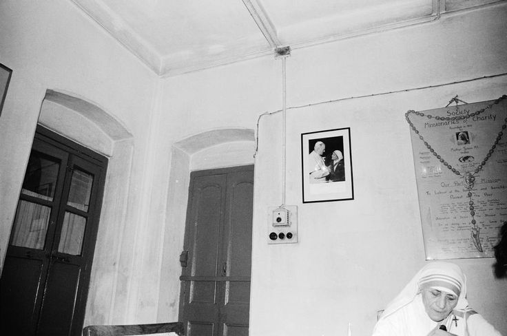 "Romanca Maica Tereza - Larry Towell INDIA. Bengal. Calcutta. 1981. Mother TERESA at ""Mother House"", where she lived before her death. Originally from Romania, she was a Catholic nun who started the Missionaries of Charity,... Magnum Photos"