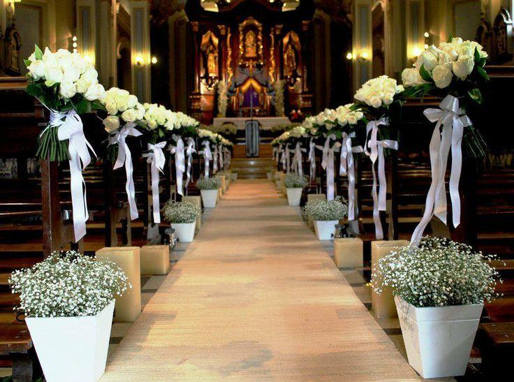 Decoração igreja - rosas brancas em forma de bouquet - mosquitinho - déco église bouquets de roses blanches