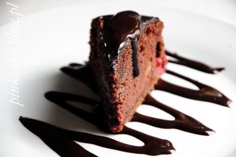 tort czekoladowy z malinami i sosem czekoladowym