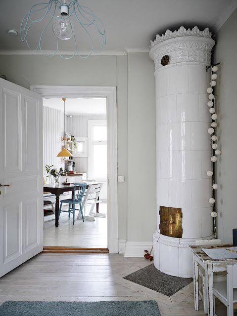 Una reforma con cuidados elementos originales #apartamento #vivienda #reforma #estilo #nórdico #escandinavo #home #salón #chimenea #blanco #gris www.hogardiez.com