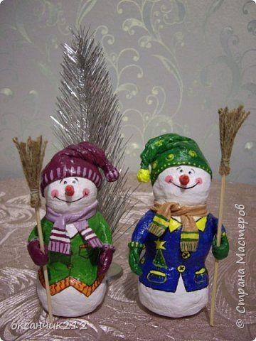 Здравствуйте жители Страны Мастеров! Хотя Новый год уже прошел, но я хочу показать вам своих снеговичков, которых я делала в праздничные дни( времени не хватает, да и увидела я их в предверии Нового года). Огромное СПАСИБО Татьяне Белозеровой за МК по ватному папье- маше. http://stranamasterov.ru/user/106445 Хотя МК снеговика она давала на другом сайте, я покажу, как делала я своих снеговичков. фото 3