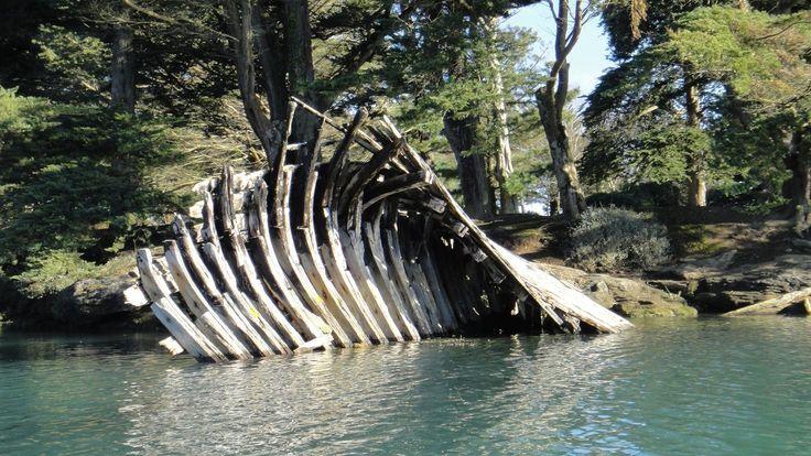 Pouldohan. Vestiges de l'ancien cimetière de bateaux. L'anse de Pouldohan fut à partir de 1950 le cimetière des bateaux en bois du port de Concarneau. Plus d'une vingtaine de bateaux de toutes tailles ont ainsi été stockés sur les deux rives de l'anse. A cette époque, les habitants et les bricoleurs de Trégunc étaient bien contents de s'approvisionner, à moindre frais, de planches de cale et poutres en chêne, pour fabriquer leur hangar, leur abri ou leur poulailler. Finistère