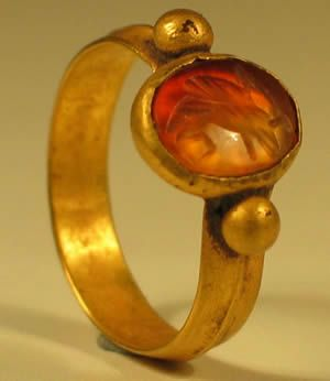 Beautiful Roman Gold Ring having a single line decorated band with oval bezel surmounted with 2 spheres. This exquisite authentic ancient Roman Gold Ring is set with a beautifully carved carnelian bezel showing an Eagle. Dating to the 2nd Century AD.