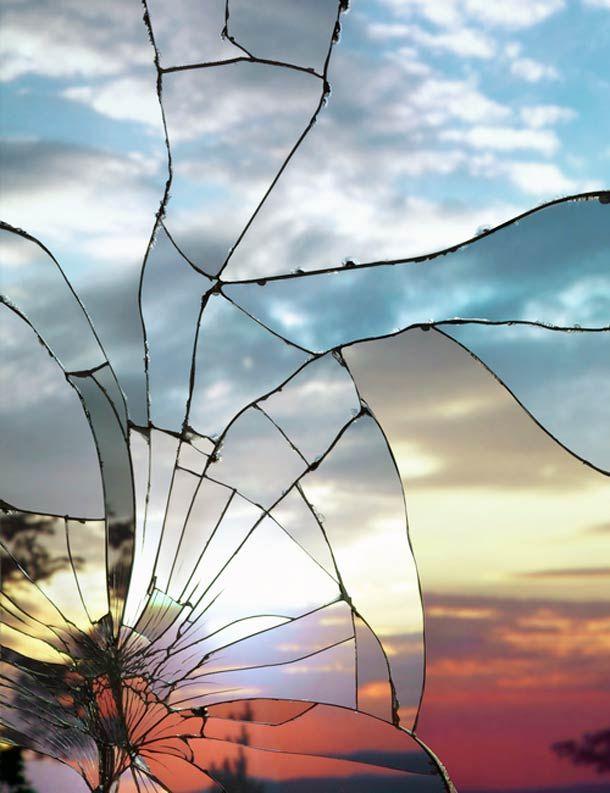 """""""Broken Mirror/Evening Sky"""", une magnifique série du photographe Bing Wright, qui capture les lumières envoutantes des couchers de soleil à travers des miroirs brisés… Une superbe série !"""