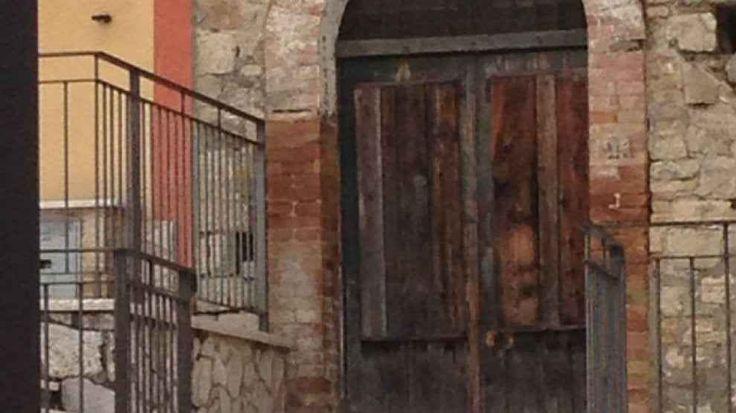 Il volto di Padre Pio apparso su un portone: le foto e dove è successo L'immagine di Padre Pio è una delle più amate e popolari della Chiesa cattolica apostolica romana. Molto probabilmente per la sua vita umile e riservata nonostante fosse stato raggiunto dalla popolar #padrepio #religione