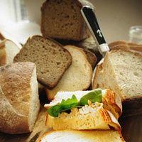 130 gr. de galletas o tostas saladas: 50 gr. de mantequilla, 200 gr. de rulo de cabra sin corteza; 50 gr. de leche: 300 gr. de nata; un bote de pimientos triturar las galletas saladas con la mantequilla fría con una máquina de cuchillas potente hasta obtener una consistencia de arena húmeda. Trocear el queso de cabra retirando la corteza, mezclar con la leche y triturar en una máquina de cuchillas.