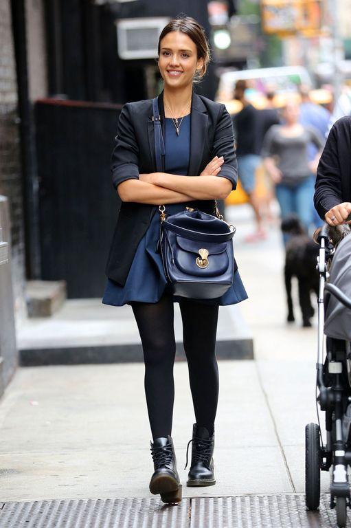Jessica Alba en look chic et urbain en balade à Soho, New York, le 1er octobre