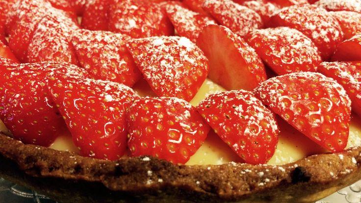 Friske jordbær, krem med hvit sjokolade og sprø paibunn. Dette er Mats Paulsens jordbærpai med sjokoladeganache. Den er perfekt å kose seg med en sommerdag.
