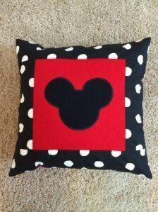 Crear unos sencillos cojines de Minnie Mouse para decorar tu habitación nunca fue tan fácil. Puedes elegir entre una amplia gama de telas si... #artesaniasfaciles