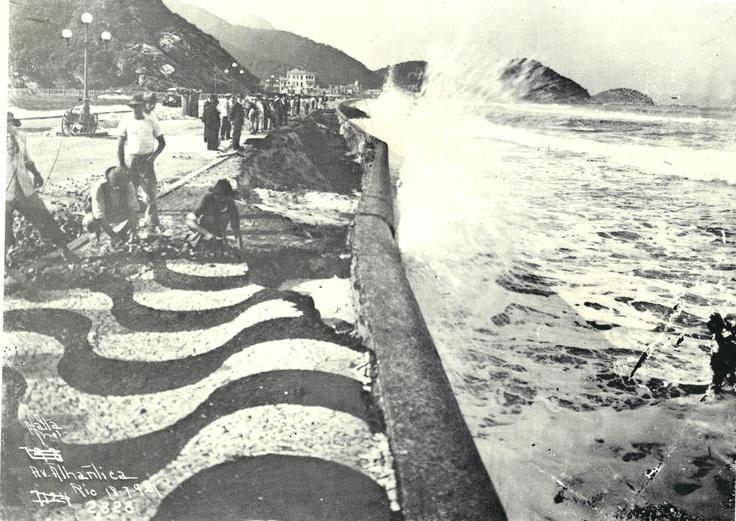 Os efeitos da ressaca na Av. Atlântica, Copacabana. Rio de Janeiro,1921.