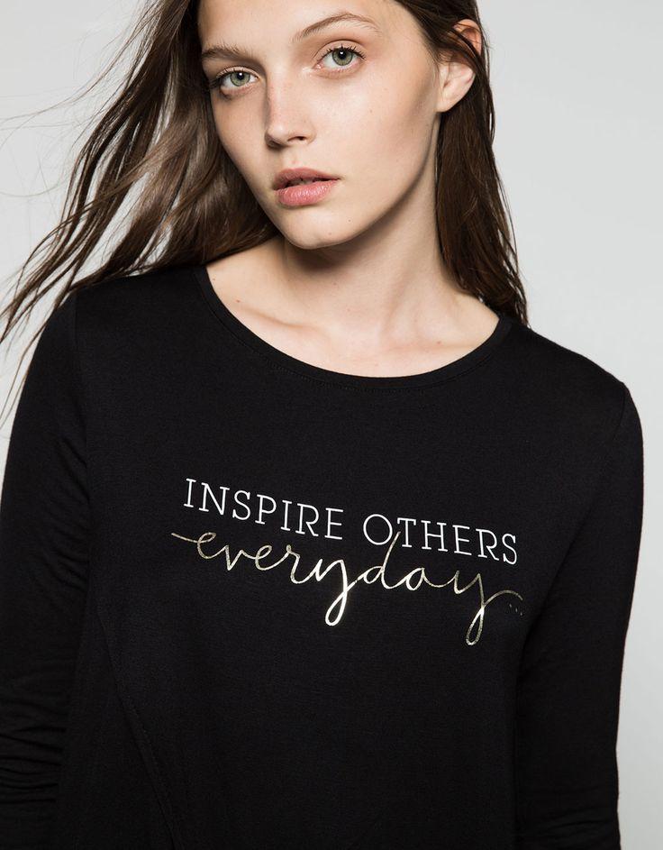 T-shirt cruzada texto. Descubra esta e muitas outras roupas na Bershka com novos artigos cada semana