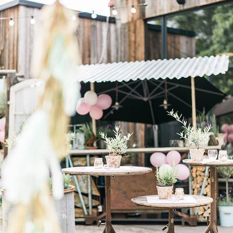 . sektbar . || #detailliebelei #hochzeitskonzepte #papeterie #wedding #interiordesign #federleicht #detail #happy #sektbar #outside #summer #sun #flowers #happysaturday #love