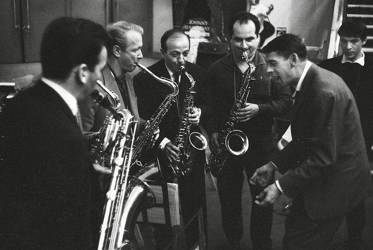 Les plus belles photos des #archives de @ParisMatch_magazine - #1961 - Dernières mises au point avant son récital à l'#Olympia. #JacquesBrel chante avec ses musiciens dans le hall. Photo : Patrice Habans / #ParisMatch by parismatch_vintage