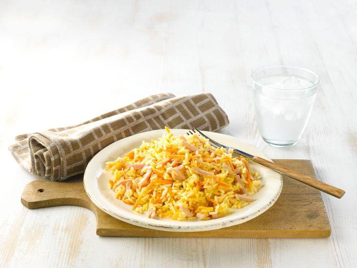Stekt ris er en ypperlig måte å bruke opp rester fra gårsdagens middag på. Vi bruker strimlet skinke og gulrøtter.
