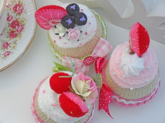 Trio of hand knitted cupcakes with my hand made fruit.Knits Cupcakes, Hands Knits, Cake Haken, Crochet Cake, Crafts Cupboards, Cups Cake, Cupcakes Rosa-Choqu, Con Art, Xmas Cupcakes