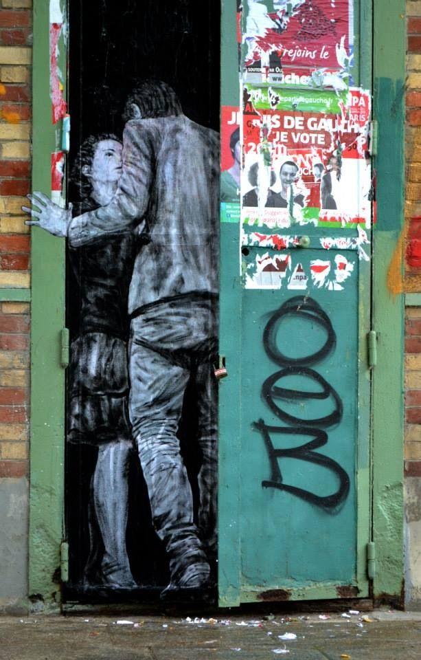 """L'amour entre deux portes... / Street art. / """"En cantimini"""" . / Paris, France. / By Levalet, 2014."""
