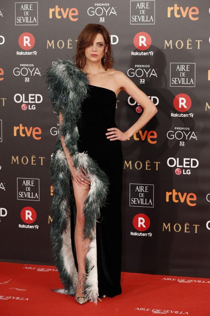 #MacarenaGómez arriesga con este vestido con plumas de la diseñadora catalana de la que suele vestir, Teresa Helbig. Goyas premios 2018