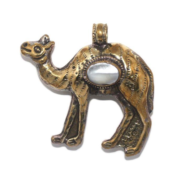 Large cats eye camel pendant