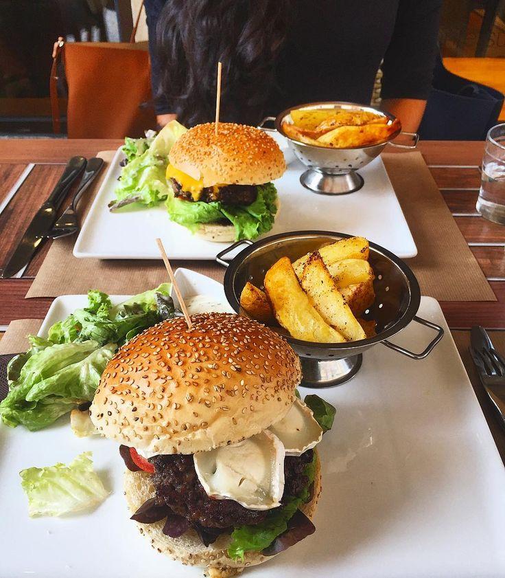 """On avoue avoir été déçu par le burger de chez « La part thé » à #strasbourg n'était pas cuit au milieu malgré notre demande (J'ai du mal avec le rouge 😅) avec l'oubli du bacon... 🤓. Par contre très belle découverte : miel + chèvre + burger un DE-LI-CE. (+accueil chaleureux 👍🏻). (~12€) Je reviendrai surement pour les quiches 😌. #strasbourgfood #love #food #foodporn Pour l'instant je n'ai pas trouvé d'égale à celui de """"la corde à Linge"""" 😍"""