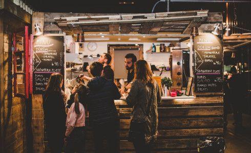 Papirøen: Copenhagen Street Food - Farverigt og folkeligt gademarked med globalt street food-køkken for folket. copenhagenstreetfood.dk
