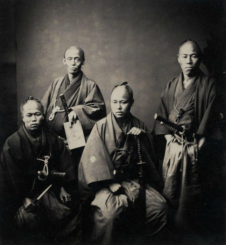 薩摩藩と佐土原藩の武士たち。薩英戦争の和平交渉のため横浜に派遣された使節と思われる。The last Samurai. Retainers of the Daimyo of Satsuma, by Felice Beato, 1874