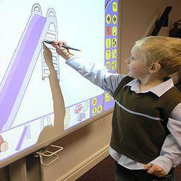 Aquí podemois ver a un niño pintando en una pizarra digital, una buena forma para utilizar las nuevas tecnologias en clase!