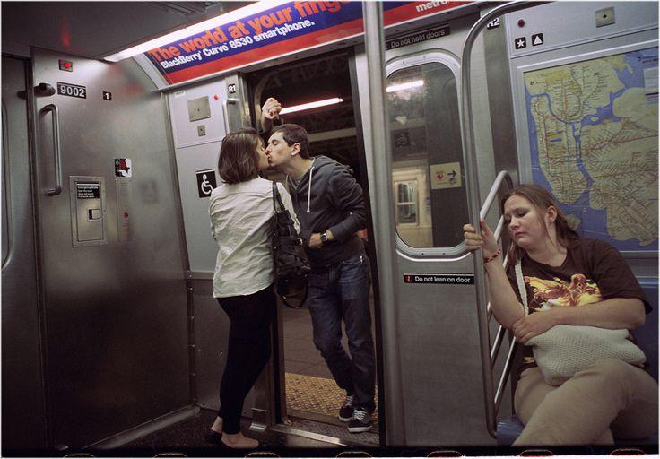 Man maakt al 30 jaar foto's van zoenende stelletjes in de metro | NSMBL.nl