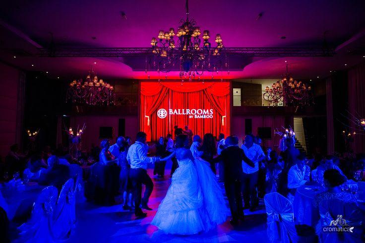 Nunta 2015. Andreea si Cosmin au celebrat dragostea pe malul Lacului Tei cu o nunta de poveste organizata in salonul nostru Chandelier.