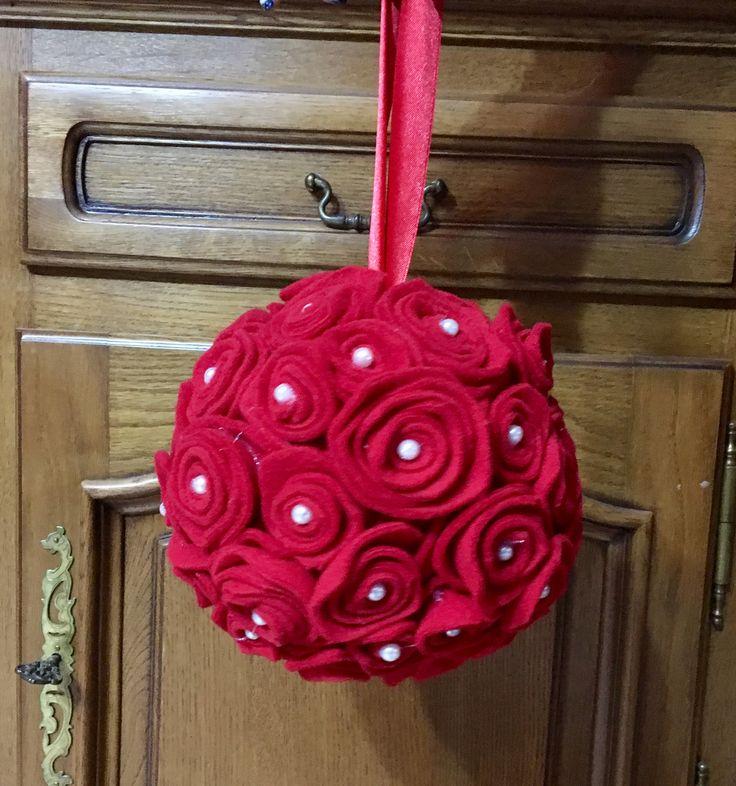 Palla con rose in pannolenci rossa