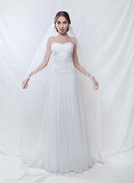 Chapel length veil LV V6377 with lace trim on the hem. Available from Peter Trends accessory stockists.