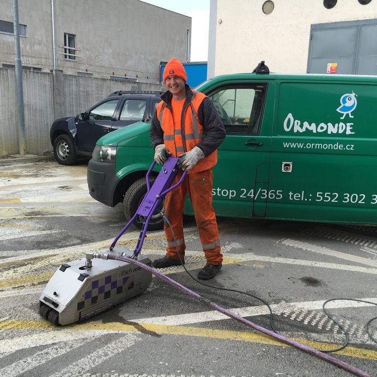 Vysokotlaké vodní čištění V Ormonde Vám můžeme dát pocit bezpečí, protože se všemi našimi agregáty od 100 až 2500 bar klademe bezpečnost na první místo. Naším cílem je poskytnout vám vysoce kvalitní službu, která sníží vaše provozní náklady. To je důvod, proč používáme pouze poloautomatické a automatické čistící systémy.