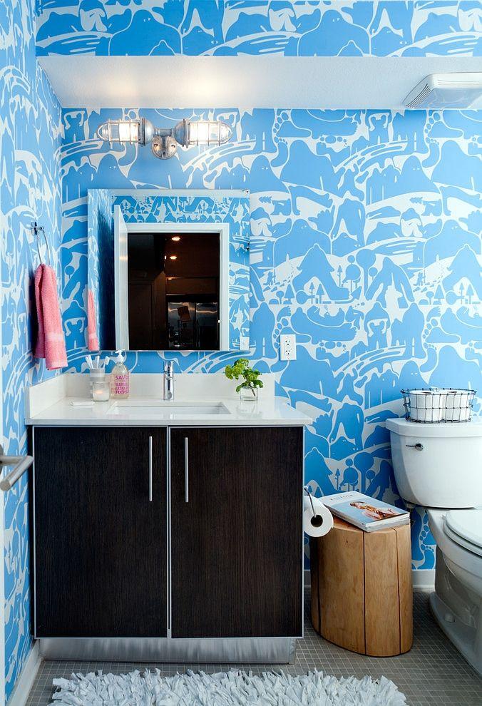 Badkamer met blauw behang met witte motieven - eclectische loft